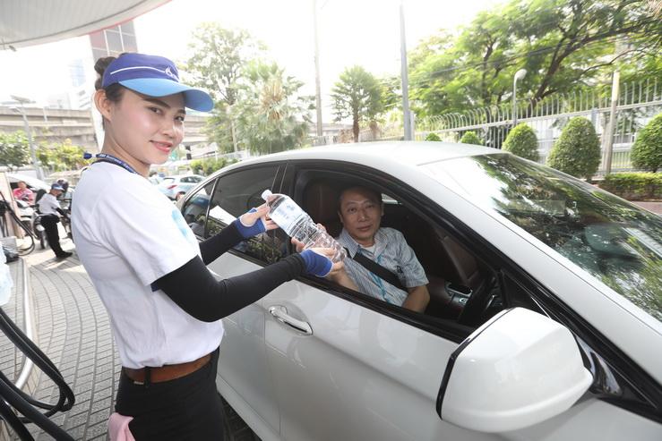 ปตท. จัดหนักดับร้อนทั่วไทย แจกน้ำดื่มฟรีทุกสาขาทั่วประเทศ เมื่อเติมน้ำมันครบ 700 บาท