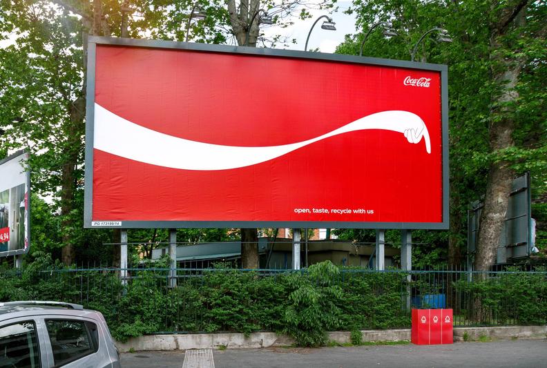 """Iconic Brand! Coke แปลงเอาสัญลักษณ์ของแบรนด์ กลายเป็นป้ายบอกทางไปสู่ """"ถังขยะรีไซเคิล"""""""