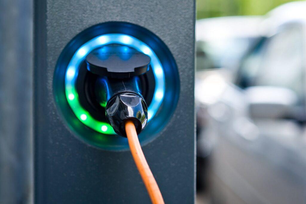 shutterstock_hybrid car รถยนต์ไฟฟ้า ญี่ปุ่น ชาร์จไฟ